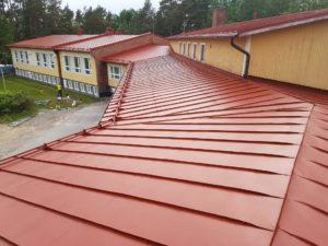 Koulurakennuksen kattoon uutta pintaa